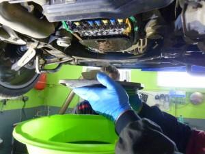 Audi A6 Quatro skladanie olejovej vane počas výmeny oleja a filtra