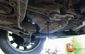 volkswagen passat 2009 - vypúšťanie starého oleja v automatickej prevodovky